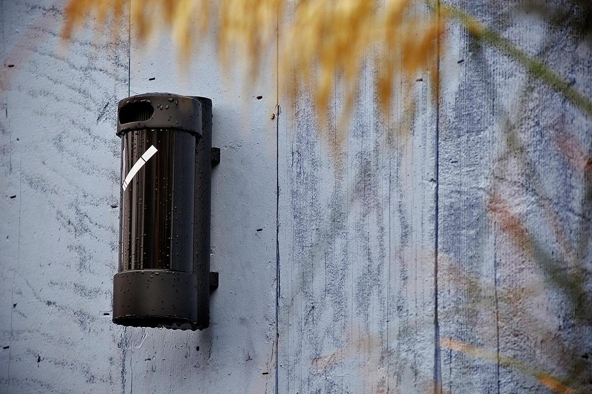 Buttler Ash, medium, wall mount, Black Texture caps, Black Gloss cylinder