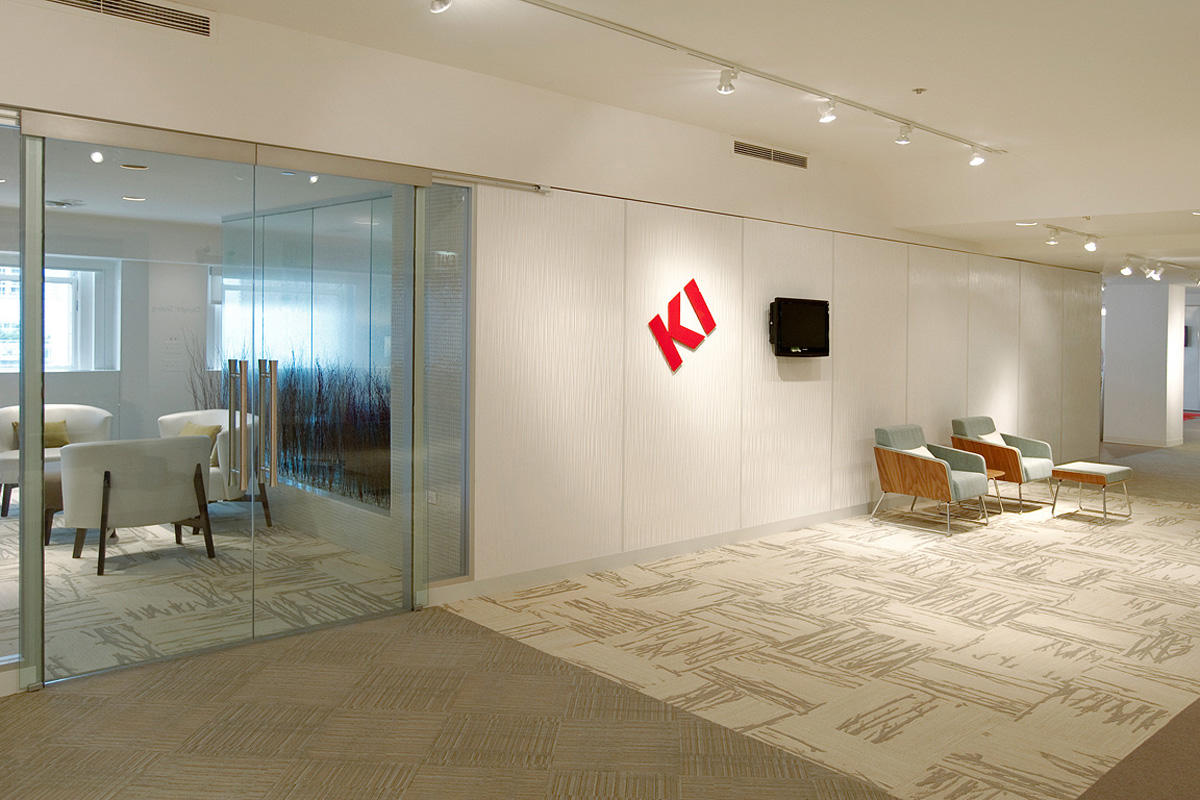 Wall panels in Bonded Quartz, White, with Mara pattern