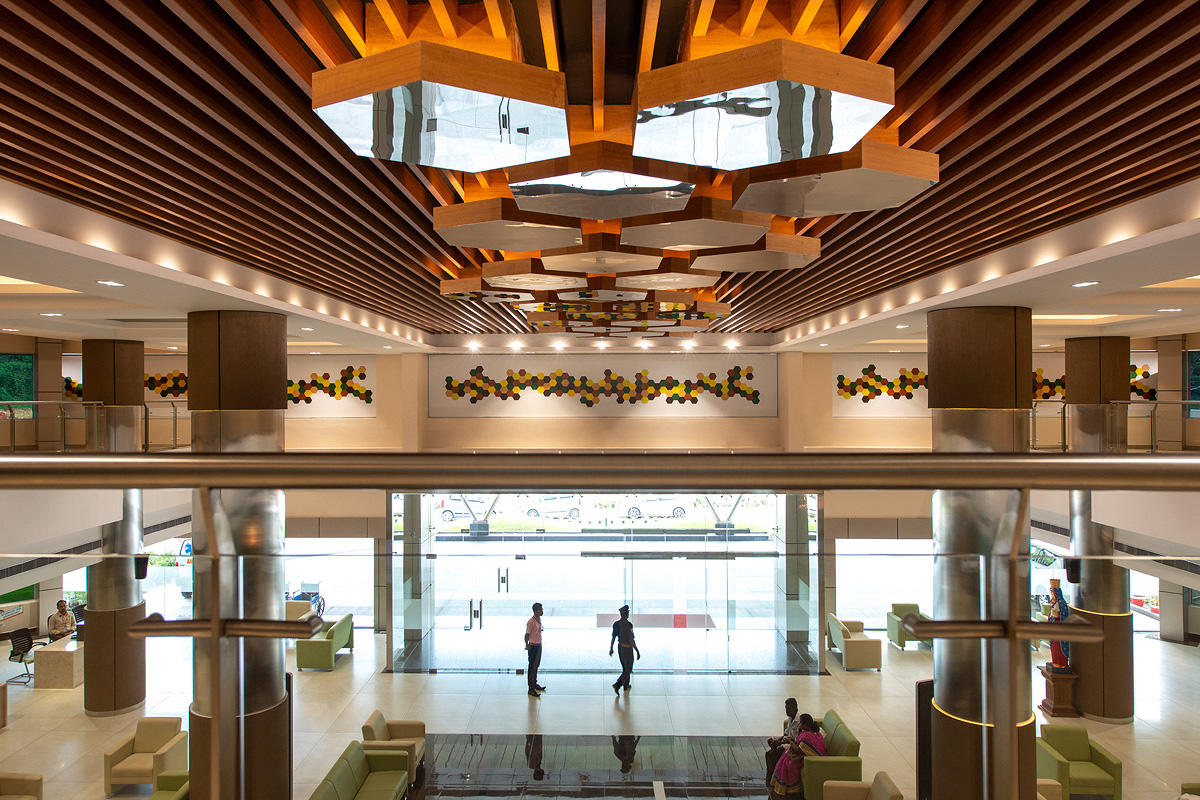 Hexagonal ceiling elements in Stainless Steel with Mirror finish; Columns in Sta
