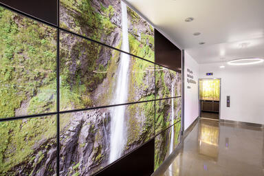 LEVELe Wall Cladding System with LightPlane Panels in ViviSpectra Zoom glass wit