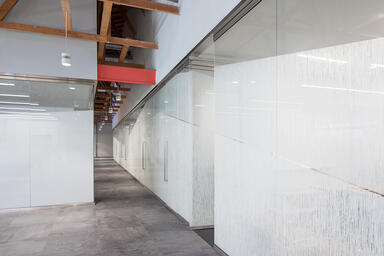 At left: Partition wall in ViviGraphix Graphica glass, View configuration, with