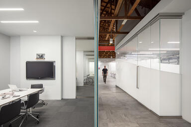 At right: Partition wall in ViviGraphix Graphica glass, View configuration, with